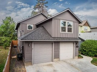 Renovated home w/ fenced back patio & gas grill - dogs OK, walk into downtown!