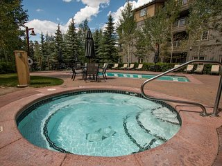 NEW LISTING! Walk to the gondola, enjoy the shared pool, hot tub & sauna on-site