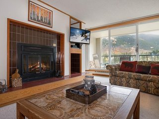 Mountain-view alpine escape with access to a shared pool and hot tub!