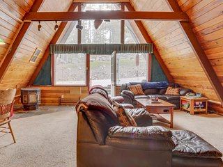 NEW LISTING! Large cabin w/private hot tub, loft & entertainment -near skiing