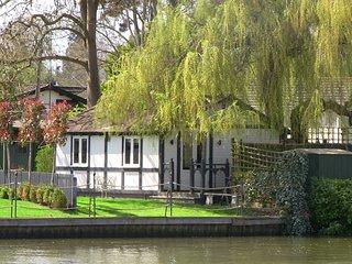 Willow Lodge Windsor, charming riverside cottage at King Edward House Windsor
