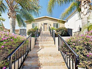 3BR w/ Hot Tub & Large Patio, Mins to Beach & Downtown