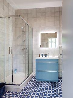 La salle de bains vue de l'entrée