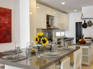 1 Block to Beach & 5th Ave, Modern, Free WiFi, Balcony, Rooftop Pool (LV3)