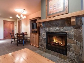 NEW LISTING! Cozy studio w/shared pool, hot tub, sauna & gym -walk to the slopes