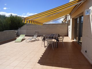 Atico 6 pers., terrasse 70m2, piscine, TV France, parking, 150m de la plage