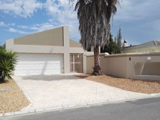Villa in Cape Town with Internet, Pool, Air conditioning, Parking (924441)