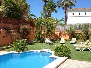 Villa a short walk away (489 m) from the 'Playa Linda Vista' in Marbella with Po