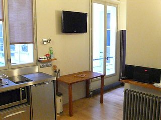 Studio apartment 773 m from the center of Paris with Internet, Lift, Washing mac