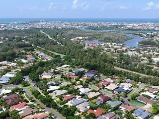 Entire 4Bdr Home with Pool 4km to mooloolaba Beach
