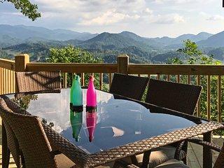 Burnsville Cottage w/ Deck & Blue Ridge Mtn Views!