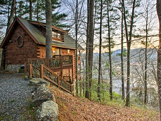 NEW! 'City View' Cabin- Walk to Smoky Mtn Railroad