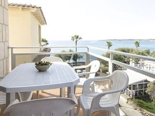Apartment 3 bedroom, balcony, 3 mtrs from sea front, stunning sea view, wifi,