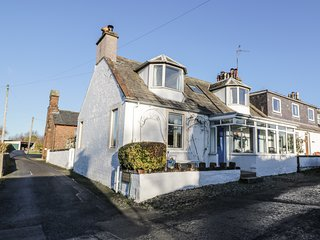 ROWAN COTTAGE, countryside views, woodburners, Smart TV, Ref 944156