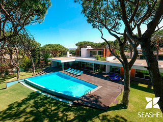 Award Winning Contemporary 5-bedroom villa overlooking the golf course.