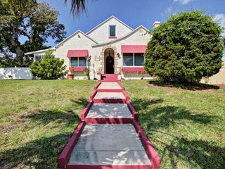NEW-Majestic-1920's Home-5 Blocks to Main St./ 4 Blocks 2 Bch-Enclosed Patios-Sm