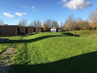 Fully equipped glamping pod with pond views close to Cheddar (Cranberry)