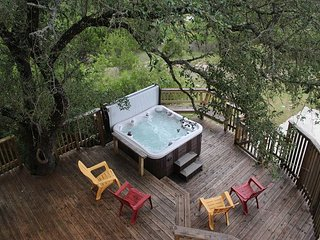 180 degree views of Canyon Lake, hot tub, sleep up to 13!