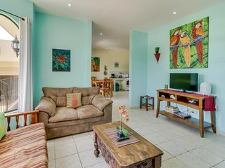 Comfortable, convenient condo w/ shared pool - easy beach access, on-site golf!