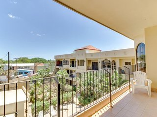 NEW LISTING! Comfortable, convenient condo w/shared pool, beach access