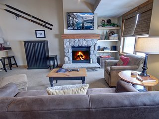 Buffalo Lodge 8411 Top Floor with King bed and Slopeside Views. Short walk to sl