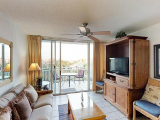 Dog-friendly condo w/ shared pool, hot tub, & more! Walk/bike to beach!