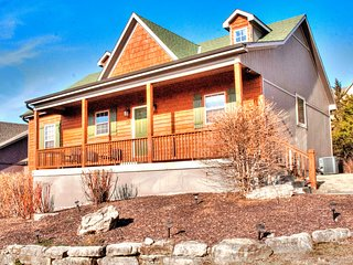 Canyon Cabin - 5 Bedroom/3 Bath - Sleeps 16 - PRIVATE HOT TUB - ENJOY LIFE!