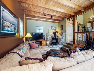 Comfy cabin w/ shared pool, tennis & more - close to golf, ski & lake!