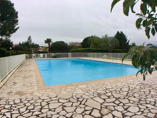 Antibes large apartment in complex with pool sleeps 8