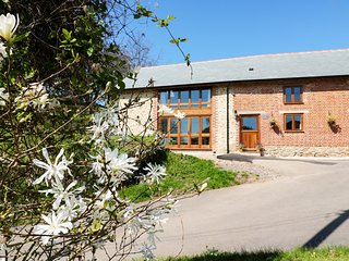 THE STABLES, en-suite bedrooms, countryside, working farm, near Axminster