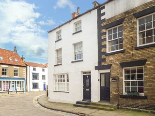 KIPPERS CORNER, fisherman's cottage, en-suite, woodburner, in Staithes, Ref