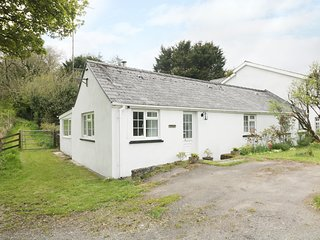 STONEYFORD COTTAGE, woodburner, WiFi, child-friendly cottage near Narberth, Ref.