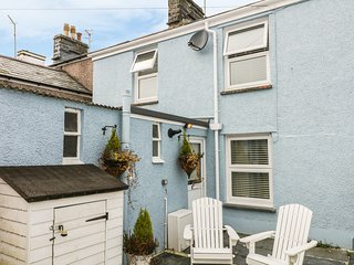 CLYDFAN, centre of Porthmadog, three floors, modern interior, Ref 979747