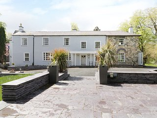 BRYN DERWEN, seven bedrooms, jacuzzi, pet friendly, snug, in Bethesda, Ref
