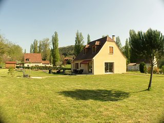 Attractive new house + private gated garden + close river and Sarlat