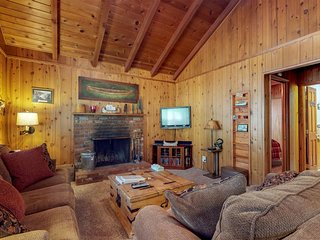 Quiet and cozy cabin w/ hot tub. Close to golf and skiing! Dog-friendly!