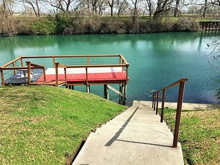 Riverfront property in Seguin! Wonderful 2 bedroom 2 bath home that sleeps 6!