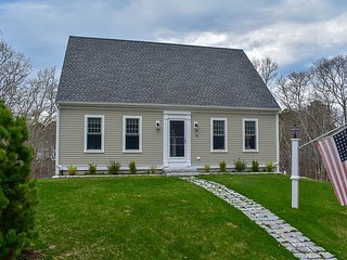 Contemporary three bedroom sleeping 8 located in Yarmouth Port