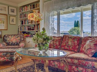 Family-friendly house w/ entertainment, laid-back atmosphere & spacious yard!