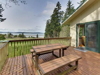 NEW LISTING! Cozy cabin w/peaceful atmosphere, ocean views, near beach