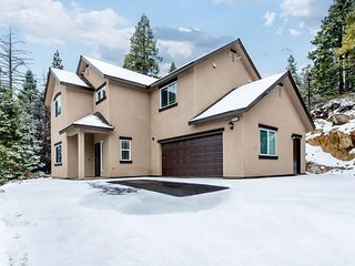 Spacious house w/ mountain views & privacy - drive to the lake!