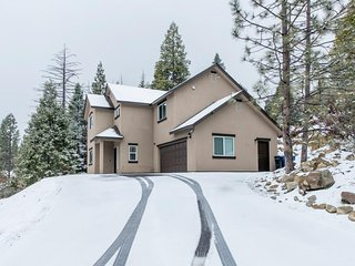 NEW LISTING! Spacious house w/ mountain views & privacy - drive to the lake!