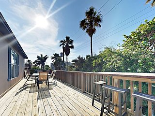 2BR w/ Vibrant Décor & Private Deck - Walk Minutes to Gulf, Dining - Sleeps 6