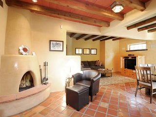 ★Historic Adobe Home★| Patio | Walk to Canyon Rd