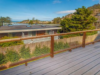Luxury home near beach w/ocean view, fireplace, soaking tub.