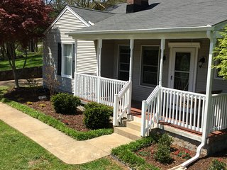 Newly Renovated 1947 Cottage on one acre 4.3 miles to Downtown Chattanooga