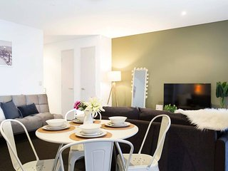 Chic Boutique Apartment - Direct Access to Airport