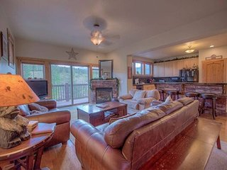 Creekside Home - Great Location & Private Hot Tub!
