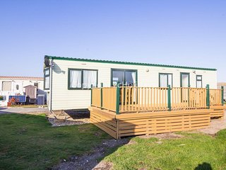 6 berth caravan at North Denes holiday park. In Lound. *Pets allowed. REF 40068