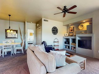 Comfortable dog-friendly condo with a shared pool and hot tub. Golf onsite!